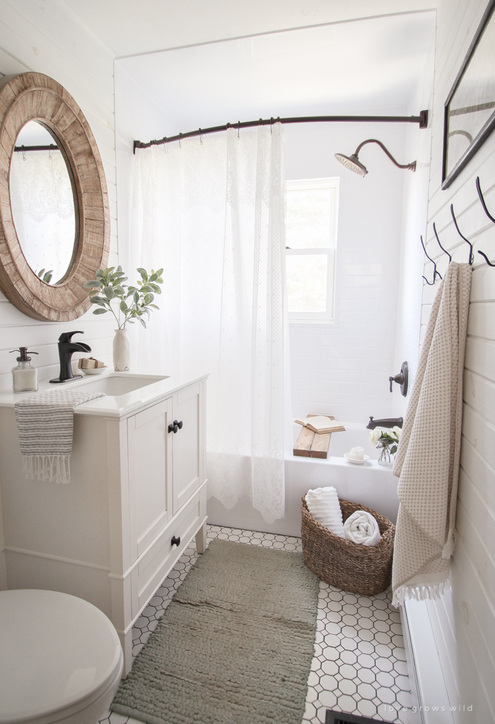 Vintage-Photo-Artwork-in-the-Bathroom-24